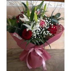 αποστολή ανθοδέσμης, λουλούδια για τη γιορτή της μητέρας. ανθοπωλείο δράμα