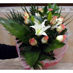 Ανθοδέσμη για τη γιορτή της μητέρας. Ανθοπωλεία στη Δράμα. Αποστολή λουλουδιών στη δράμα